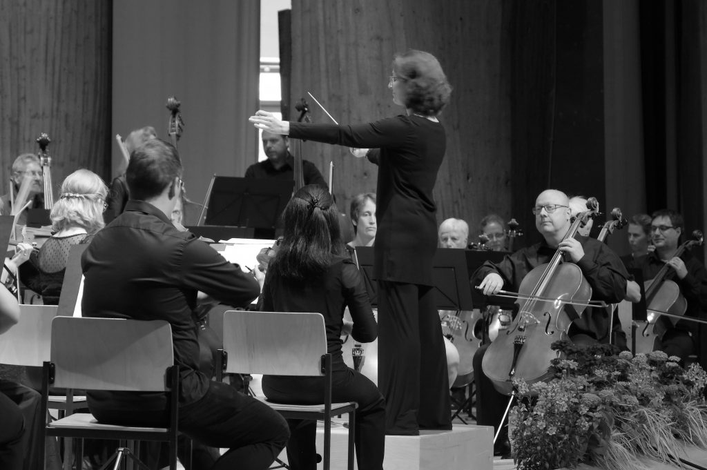 Paraskevi Kontogianni dirigiert das Voith Orchester Heidenheim.
